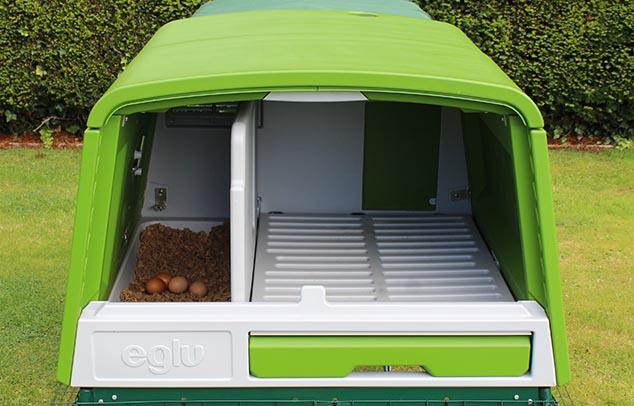 der neue eglu cube h hnerstall winterfest fahrbar und mit gehege h hnerzucht omlet. Black Bedroom Furniture Sets. Home Design Ideas