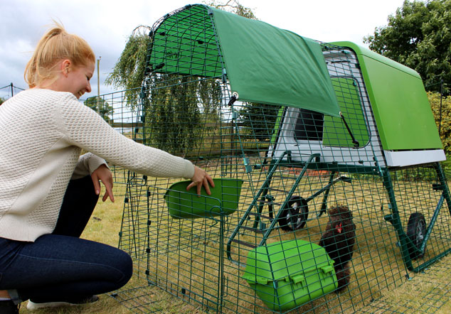 Der grüne Eglu Go Up Hühnerstall sieht großartig im Garten aus und Hühner lieben ihn